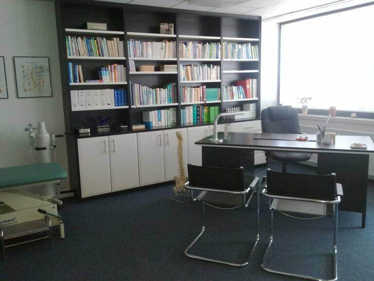 Praxis -neue Möbel-nach Einbruch April 2010 001
