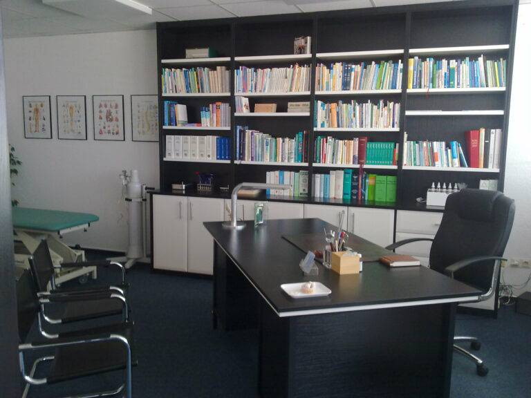 Praxis -neue Möbel-nach Einbruch April 2010 005