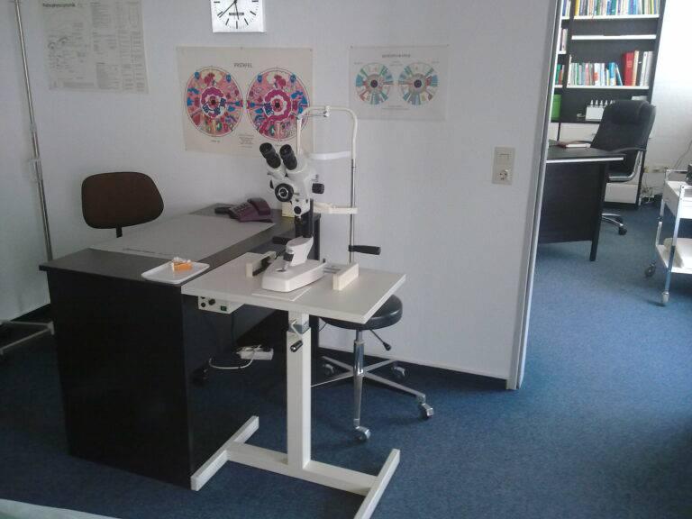 Praxis -neue Möbel-nach Einbruch April 2010 006